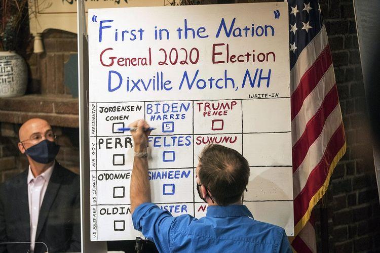Seorang pria menghitung suara dari lima surat suara tepat setelah tengah malam, Selasa, 3 November 2020, di Dixville Notch, calon presiden dari Partai Demokrat sekaligus mantan Wakil Presiden Joe Biden menerima semua lima suara.