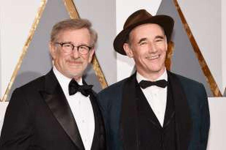 Mark Rylance (kanan) dan sutradara Steven Spielberg menghadiri perhelatan Academy Awards ke-88 di Hollywood & Highland Center, Minggu (28/2/2016), Hollywood, California.