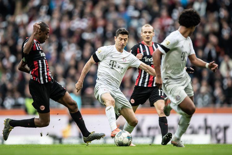 Gelson Fernandes mencoba melakukan tekel ke Robert Lewandowski pada pertandinga Eintracht Frankfurt vs Bayern Muenchen dalam lanjutan Bundesliga di Commerzbank Arena, 2 November 2019.