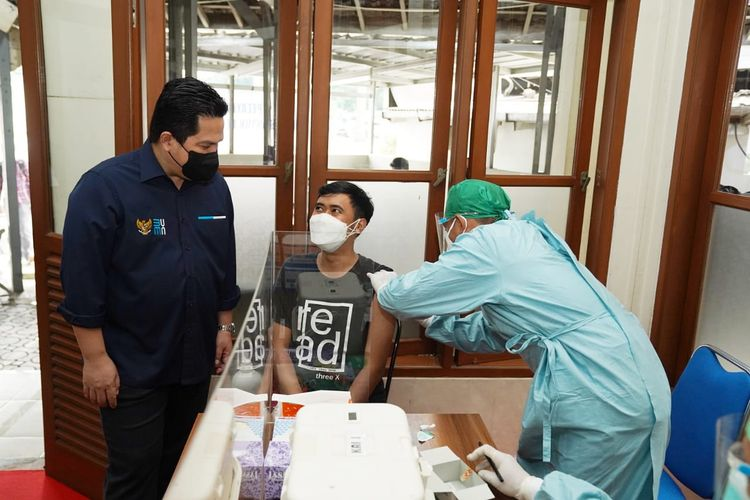 Menteri Badan Usaha Milik Negara (BUMN) Erick Thohir saat mantau proses layanan vaksinasi Covid-19 gratis di Stasiun Bandung, Jawa Barat, Sabtu (10/7/2021).