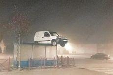 Misterius, Mobil Van Terdampar di Atap Halte Bus