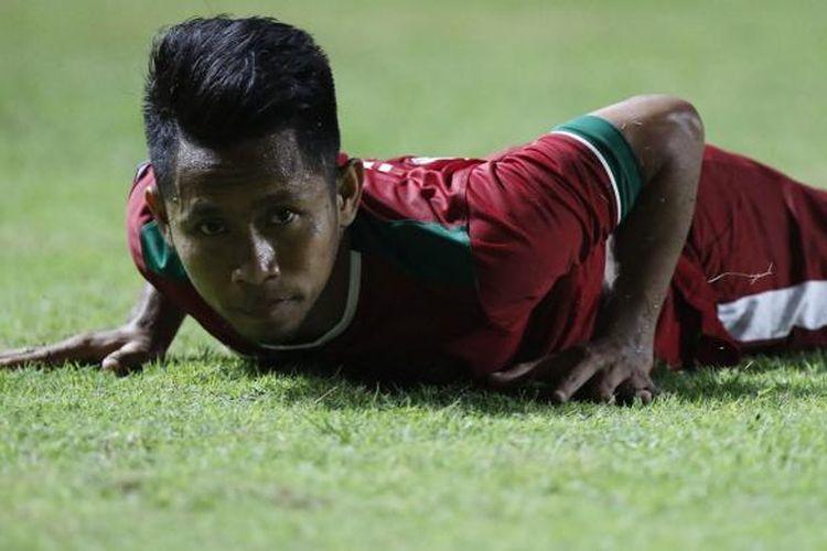 Pesepak bola Indonesia Andik Vermansah terjatuh pada semi final putaran pertama AFF Suzuki Cup 2016 di Stadion Pakansari, Kabupaten Bogor, Jawa Barat, Sabtu (3/12/2016). Indonesia memang atas Vietnam dengan skor 2-1.