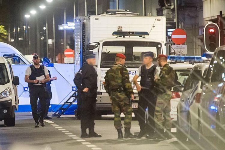 Tentara dan polisi Belgia berjaga di lokasi serangan di pusat kota Brussels, Jumat (25/8/2017).