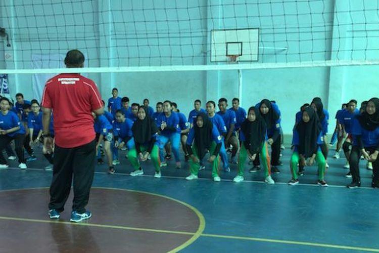 Pelatih tim bola voli Surabaya Bhayangkara Samator, Ibarsjah Djanu Tjahyono, memberikan pelatihan dasar dalam coaching clinic bersama para siswa SMA di Batam, Senin (14/2/2017).