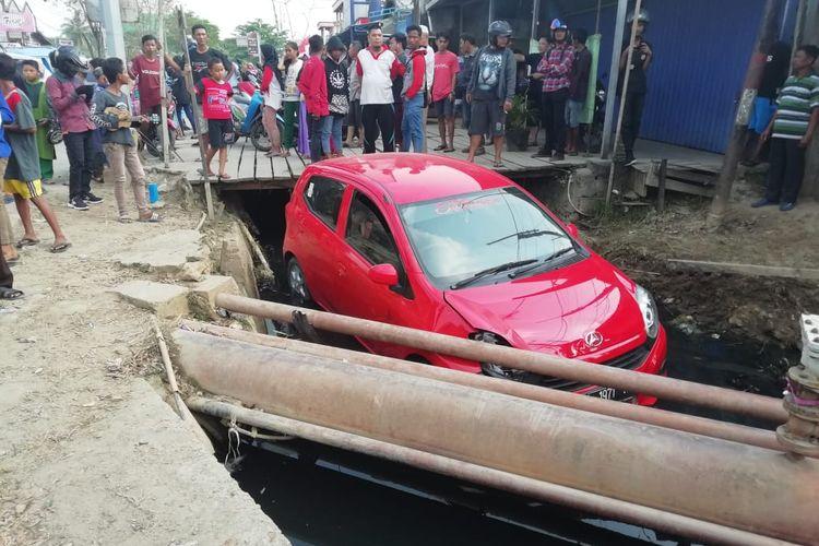 Mobil yang ditumpangi pelaku Alya Merah KT 1971 RJ masuk parit saat terjadi aksi kejar-kejaran dengan petugas di simpang empat Sempaja, Samarinda, Jumat (20/9/2019).
