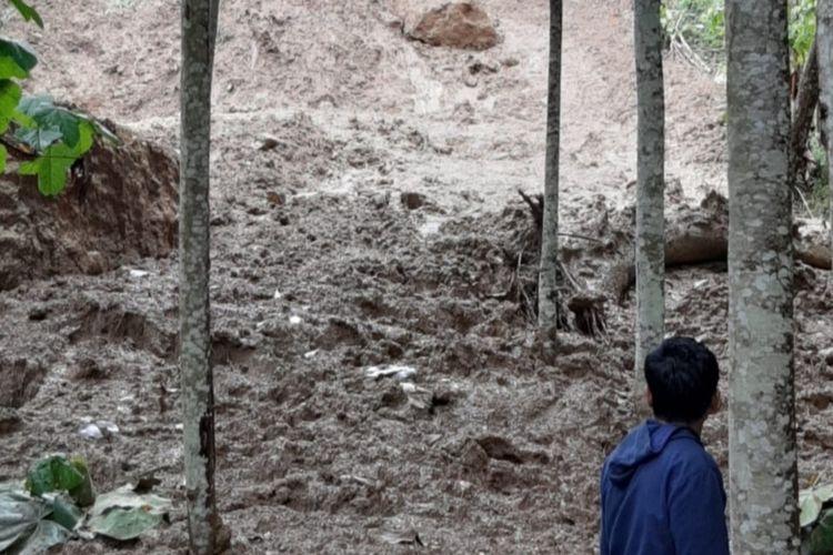 Longsor tebing setinggi 15 meter mengancam rumah dan ratusan warga mengungsi di Kecamatan Sodonghilir, Kabupaten Tasikmalaya, Selasa (6/10/2020).