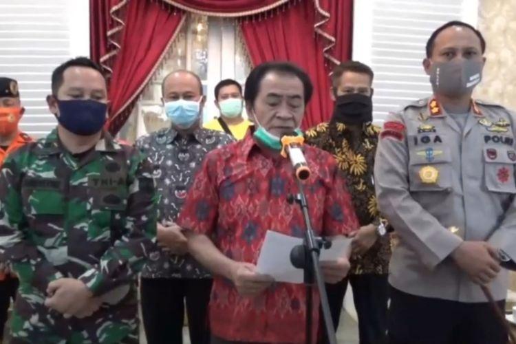 Bupati Banjarnegara, Jawa Tengah, Budhi Sarwono menggelar konferensi pers.