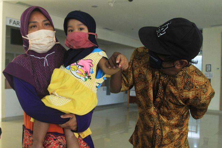 N (2) saat dijemput ayahnya AS (36) di rumah sakit Pelabuhan Boombaru Palembang, Sumatera Selatan usai menjalani isolasi selama 41 hari. N saat itu dinyatakan terpapar Covid-19 hingga akhirnya harus dirawat, Senin (15/6/2020).