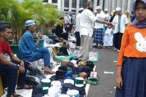 Puluhan Pedagang Padati Masjid Istiqlal Usai Shalat Id