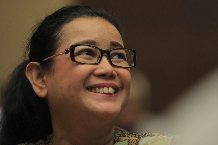 Terdakwa kasus dugaan pemberian keterangan palsu dalam sidang kasus KTP Elektronik Miryam S Haryani menunggu dimulainya sidang lanjutan di Gedung Pengadilan Tipikor, Jakarta, Senin (14/8/2017). Pada sidang tersebut beragendakan pemeriksaan saksi dari pihak JPU. ANTARA FOTO/Muhammad Adimaja/pd/17