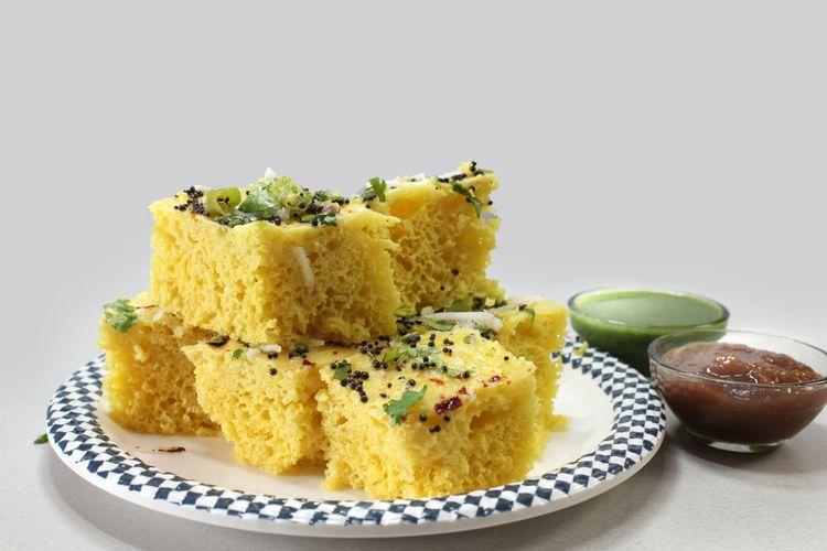 Ilustrasi dhokla, kue kukus gurih dari tepung chickpea khas Gujarat, India.