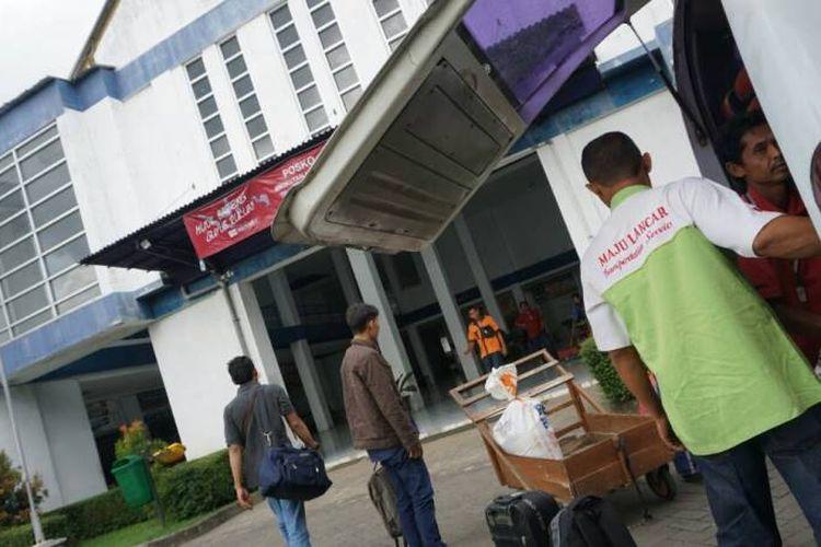 Para pemudik yang menggunakan bus terus berdatangan Terminal Dhaksinarga, Desa Selang, Kecamatan Wonosari, Kabupaten Gunungkidul, DI Yogyakarta, Kamis (22/6/2017)