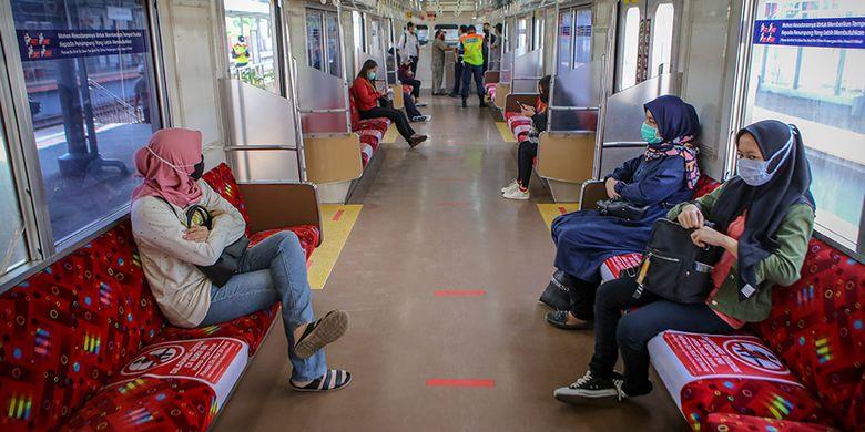 Sejumlah penumpang duduk di dalam rangkaian KRL di Stasiun Tangerang, Banten, Sabtu (18/4/2020). Kementerian Perhubungan memutuskan tidak memberhentikan sementara kegiatan operasional KRL Jabodetabek saat PSBB melainkan hanya membatasi jumlah penumpang di KRL.