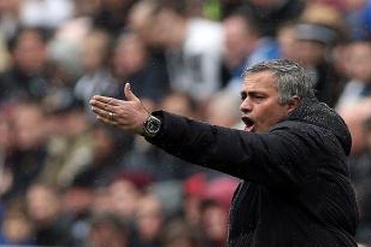Reaksi manajer Chelsea, Jose Mourinho, saat melawan Newcastle United di ajang Premier League, Sabtu (1/11/2013), di St James' Park. Chelsea kalah 0-2.