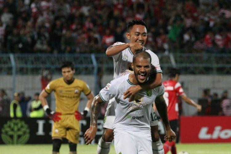 Pemain Persebaya Surabaya, David da Silva dan Redi Irwan Saputra merayakan gol dalam laga Liga 1 2019 Madura United vs Persebaya Surabaya di Gelora Bangkalan, Senin (2/12/2019).