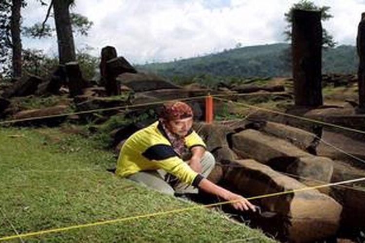Ilustrasi: Arkeolog UI, R. Cecep Eka Permana, menjadi manajer eksavasi dalam Proyek penelitian Gunung Padang.