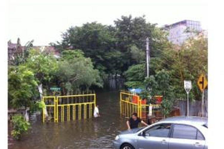 Banjir masih belum surut di wilayah Grogol, Jakarta Barat. Gambar diambil pada Rabu (11/2/2015).