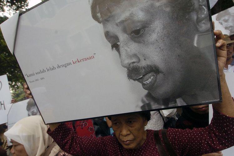 Sejumlah korban dan keluarga korban pelanggaran hak asasi manusia (HAM) menggelar aksi solidaritas untuk aktivis pejuang HAM, Munir (almarhum), di Kantor Komisi Nasional (Komnas) HAM, Jakarta, Selasa (23/11). Mereka meminta Komnas HAM untuk segera membentuk tim penyelidik independen guna mengusut kematian Munir.