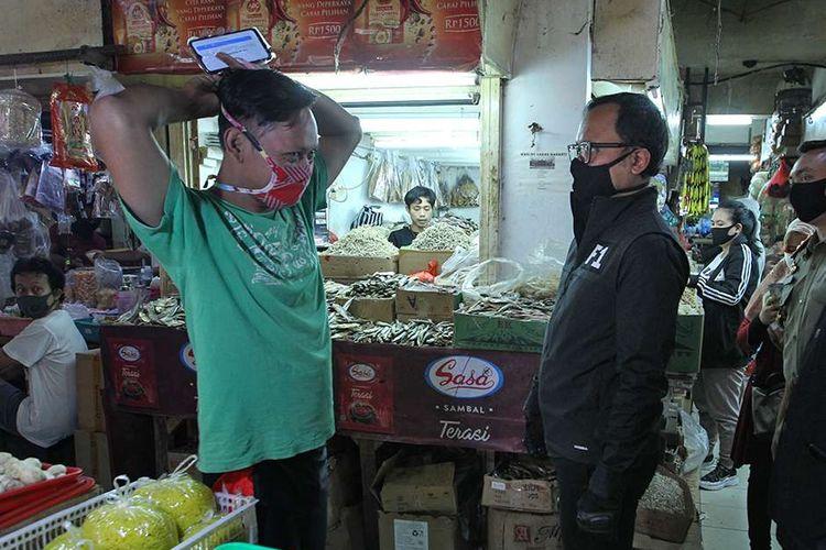 Walikota Bogor,  Bima Arya Sugiarto meninjau Pasar Bogor, Kota Bogor untuk sosialisasi penggunaan masker, Rabu (29/4/2020). Selain sosialisasi penggunaan masker walikota juga meninjau uji cepat (rapid test) massal Covid-19.