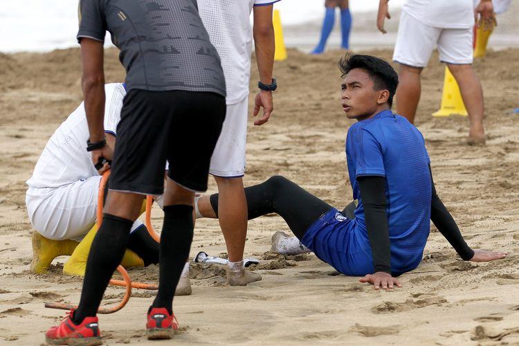 Pemain Arema FC Bagas Adi Nugroho mengalami masalah pada engkel kaki saat latihan fisik di Pantai Nganteb Kabupaten Malang, Jawa Timur, Rabu (02/09/2020) pagi.