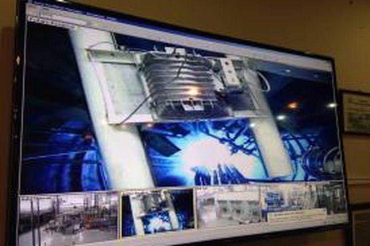 Tampak kamera pengawas yang memantau kondisi di dalam ruang reaktor nuklir di gedung Badan Teknologi Nuklir Nasional (Batan) di kompleks Pusat Pengembangan Ilmu Pengetahuan dan Teknologi (Puspitek), Serpong, Tangerang, Senin (29/6/2015).