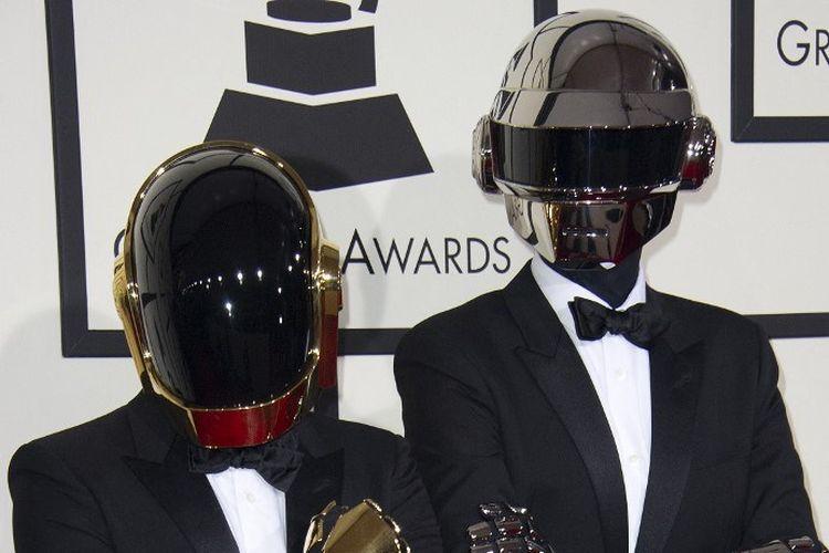 Duo Daft Punk menghadiri 56th Grammy Awards di the Staples Center di Los Angeles, California, pada 26 January 2014.