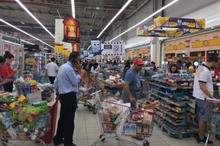 Warga Qatar antre di pasar swalayan setelah memborong berbagai bahan pokok menyusul rencana Arab Saudi menutup perbatasan daratnya dengan negeri itu.