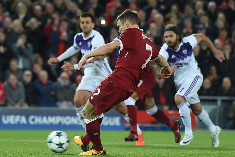 James Milner gagal mencetak gol bagi Liverpool setelah tendangan penaltinya membentur mistar gawang Maribor pada pertandingan Liga Champions di Anfield, Rabu (1/11/2017).