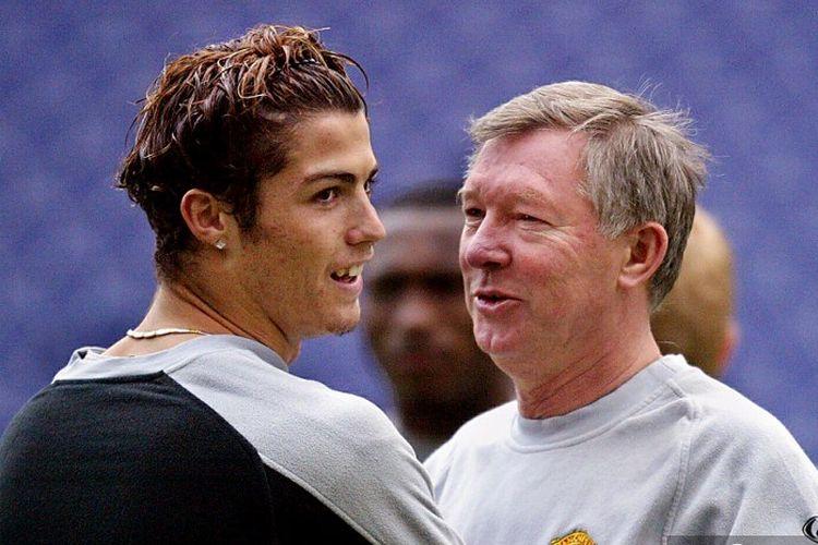 Cristiano Ronaldo (kiri) dan Sir Alex Ferguson (kanan) saat keduanya masih bekerja di Manchester United pada 2004.