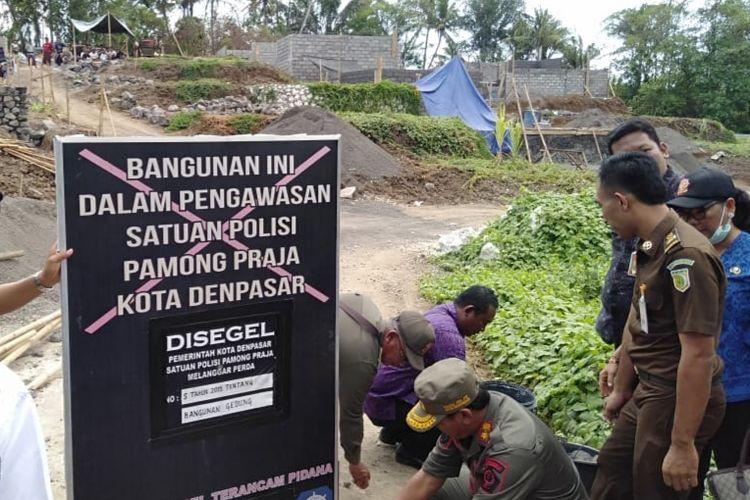 Penyegelan pembangunan perumahan oleh Satpol PP Denpasar, Selasa (5/11/2019).