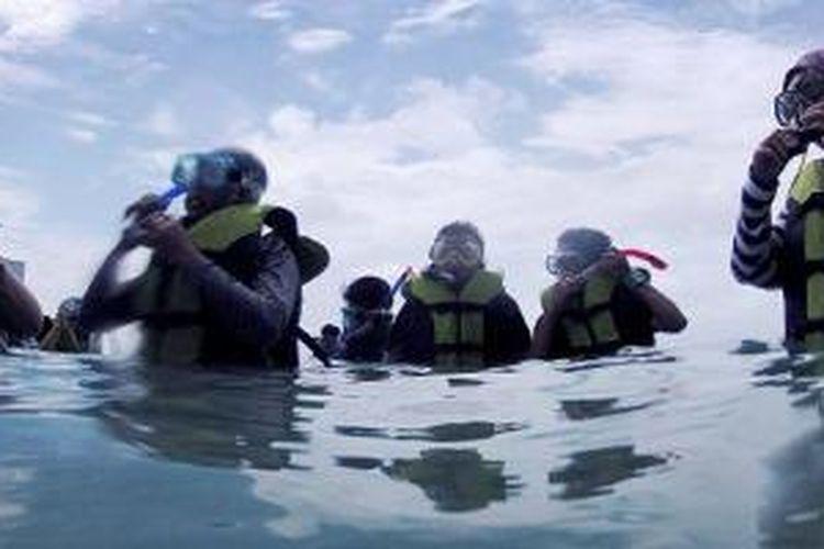 Siswa SMA 69 Jakarta belajar snorkeling di sekitar Pulau Air, Kepulauan Seribu, Sabtu (7/2/2015). Usaha bersama pemerintah dan sekolah dalam mengenalkan lingkungan kepada siswa sekolah diharapkan memupuk kesadaran  untuk menjaga lingkungan dari kerusakan. SMA 69 berada di Pulau Pramuka yang sebagian besar siswanya merupakan anak pulau.