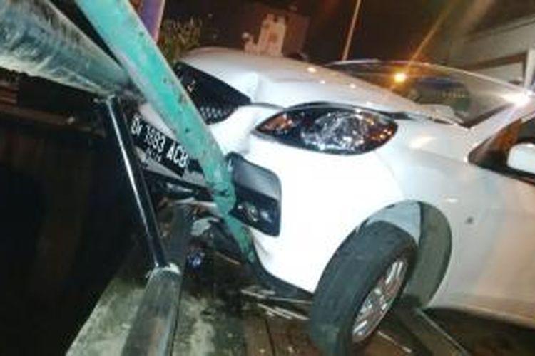 Sebuah mobil Honda Brio warna putih hampir terjun ke sungai Cikapundung, di kawasan Viaduck, Kelurahan Braga, Kecamatan Sumur Bandung, Bandung, Jawa Barat, Sabtu, (15/11/2014). Kejadian sekitar pukul 01.45 WIB dini hari. Diduga mobil ini ugal - ugalan.