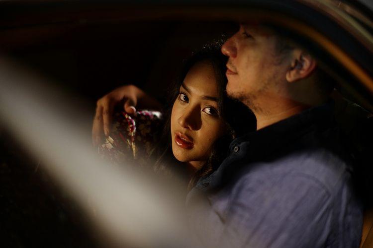 Salah satu adegan dari film Selesai, di mana Broto (Gading Marten) tengah memeluk kekasih gelapnya yang bernama Anya (Anya Geraldine).