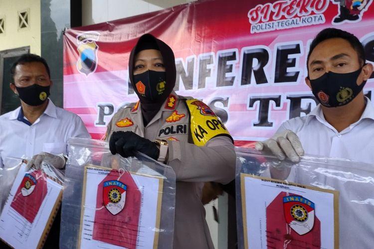 Kapolres Tegal Kota AKBP Rita Wulandari menunjukan sejumlah barangbukti dalam konferensi pers penetapan tersangka Wakil Ketua DPRD Kota Tegal Wasmad Edi Susilo di Mapolres Tegal Kota, Senin (28/9/2020)
