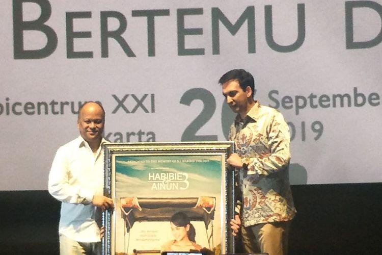 Ilham Akbar Habibie (kiri) bersama Manoj Punjabi dalam jumpa pers poster dan trailer film Habibie & Aiunun 3, di XXI Epicentrum, Kuningan, Jakarta Selatan, Kamis (26/9/2019).