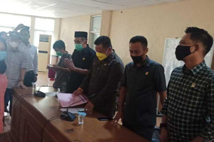 Suasana rapat di gedung DPRD Kabupaten Bone, Sulawesi Selatan terkait guu honorer yang dipecat melalui pesan singkat lantaran memposting rincian gaji Rp 700.000 selama 4 bulan. Senin, (15/2/2021).