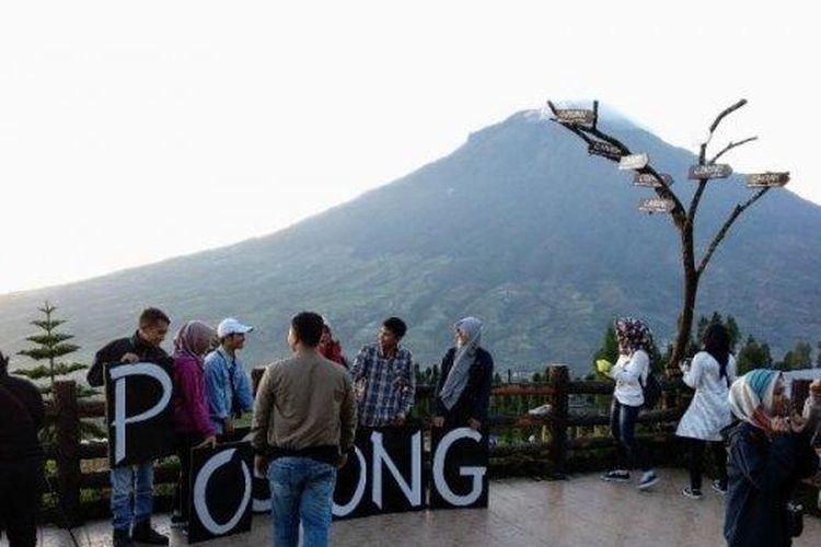 Para wisatawan yang menikmati suasana sekaligus mengabadikan momen matahari terbit di Wisata Alam Posong Temanggung.