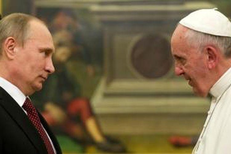 Paus Fransiskus bertemu dengan Presiden Vladimir Putin di Vatikan, Selasa (26/11/2013),