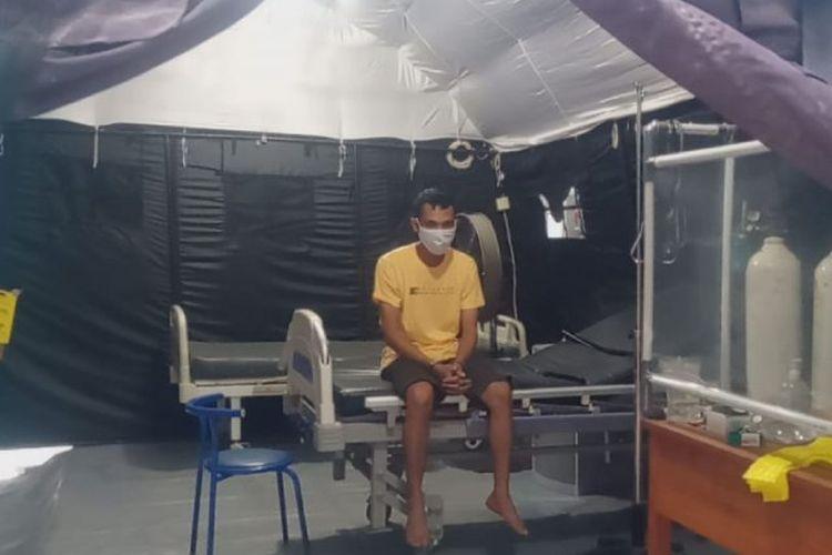 Pasien positif Covid-19 berinisial SH (35) yang ditangkap Tim Satresnarkoba Polresta Mataram, karena kasus narkoba ketika berada di tenda darurat penanganan pasien suspect COVID-19 RS Bhayangkara Mataram, NTB, Selasa (21/7/2020).