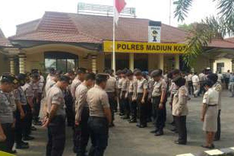 Nampak anggota Sabhara Polres Madiun Kota berdoa usai mengikuti apel pagi