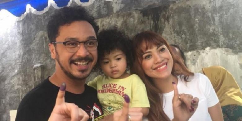 Giring Nidji bersama istri dan anak mereka ditemui di TPS 64, Jalan Deplu VI, Pesanggrahan, Jakarta Selatan, Rabu (15/2/2017).