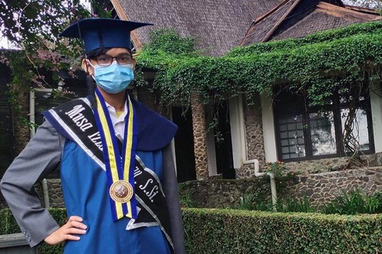 Wisudawan termuda Institut Teknologi Bandung (ITB), Musa Izzanardi Wijanarko. Ia lulus dalam usia 18 tahun.