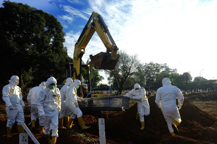 Petugas mengangkat peti jenazah COVID-19 dibantu alat berat di pemakaman khusus COVID-19, Macanda, Kabupaten Gowa, Sulawesi Selatan, Selasa (27/7/2021). ANTARA FOTO/Abriawan Abhe/foc.