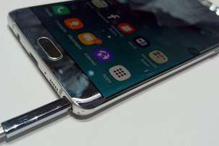 Bagian bawah Galaxy Note 7, terdapat slot untuk menaruh stylus S Pen