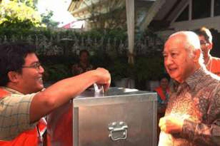 Mantan orang nomor satu Republik Indonesia, Soeharto, memberikan suaranya dalam pemilihan umum di TPS 002 Gondangdia, Jakarta Pusat, Senin (5/7/2004).