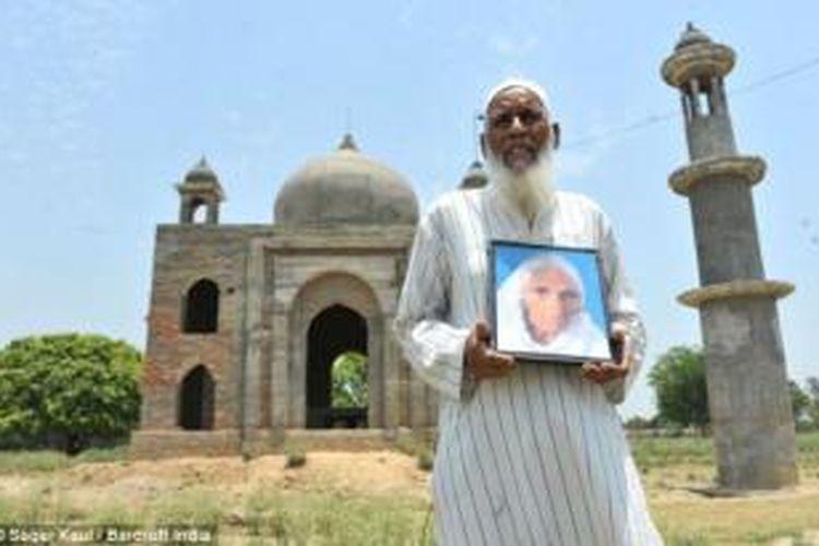 Faizul Hasan Quadri, begitu mencintai istrinya sehingga rela menghabiskan tabungan seumur hidupnya untuk membangun replika Taj Mahal sebagai makam istrinya yang sudah terlebih dahulu meninggal dunia.