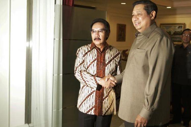 Presiden Susilo Bambang Yudhoyono berjabat tangan dengan Ketua Komisi Pemberantasan Korupsi (KPK) Antasari Azhar, disaksikan Wakil Ketua KPK Chandra Hamzah (kiri) dan Jaksa Agung Hendarman Supandji (kanan), di Kantor Kepresidenan, Jakarta, Kamis (12/2/2009).