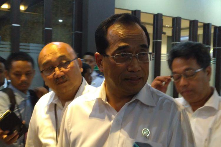 Menteri Perhubungan Budi Karya Sumadi memberikan keterangan pers mengenai operasional rute internasional maskapa Garuda Indonesia di Terminal 3 Bandara Soekarno-Hatta, Tangerang, Selasa (28/3/2017).