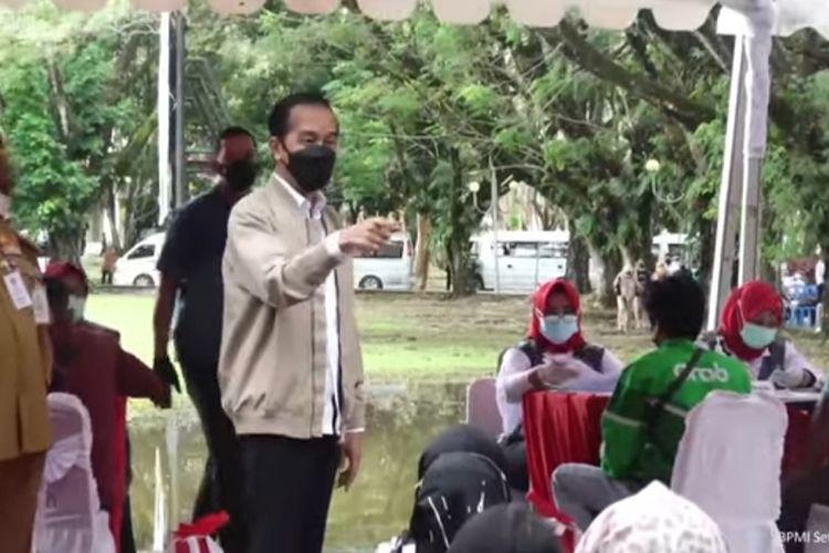 Presiden Joko Widodo meninjau pelaksanaan vaksinasi massal Covid-19 di Kota Kendari, Sulawesi Tenggara, Rabu (30/6/2021).