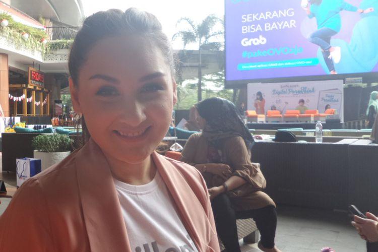 Mona Ratuliu berpose ketika meluncurkan buku Digital ParenThink di Lippo Mall Kemang, Jakarta Selatan, Kamis (16/8/2018).